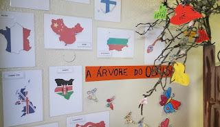 Árvore do obrigado e os cartões com vários países colados no jornal de parede