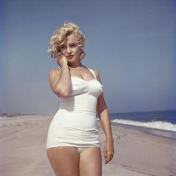 10 Beautiful Pics of Marilyn Monroe On The Beach Taken By Sam Shaw In 1957