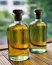 dos pequeños frascos transparentes con tapas de corcho conteniendo  aceites de esencias