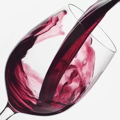 Chorro de vino cayendo en una copa
