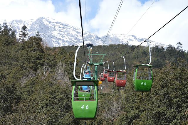 Téléphérique du mont enneigé du dragon de jade