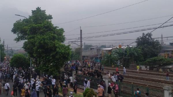 Bahaya! Sebagian Massa Pendukung HRS Berkerumun di Rel Dekat Stasiun Klender