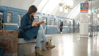 Γυναίκα-διαβάζει-σε-σταθμό-του-μετρό