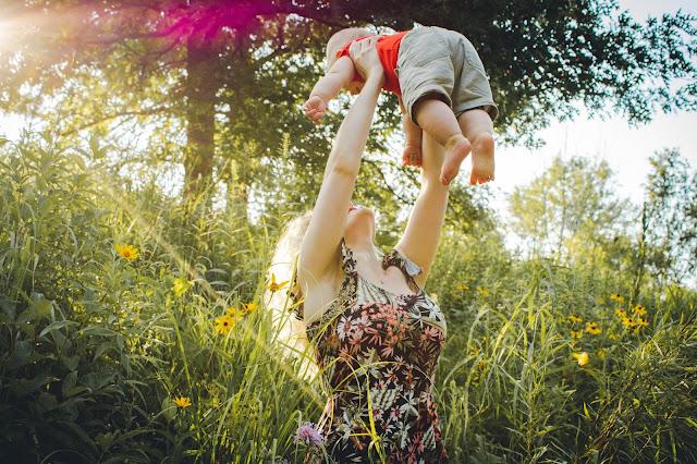 Akcesoria dla mamy idealne na spacer z dzieckiem