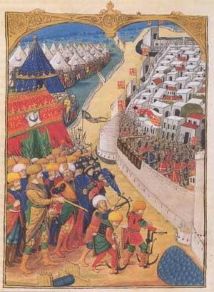 A capital do Império Bizantino já havia sofrido dois sítios pelas frotas muçulmanas. O primeiro cerco durou cinco anos de 673 a 677; o segundo, um ano somente, em 717.  Nos dois episódios, os árabes foram repelidos graças a uma arma secreta dos bizantinos : o fogo grego. Tratava-se de uma mistura misteriosa de salitre, betume e enxofre que possuía a particularidade de queimar mesmo sob a água. Propelida em direção aos navios inimigos, permitia incendiá-los de um só golpe. Apesar disto, os bizantinos perderam ao longo dos séculos sua superioridade bélica.