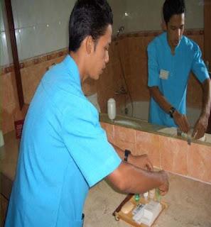 Gambar: Melengkapi Guest Supplies di Kamar Mandi