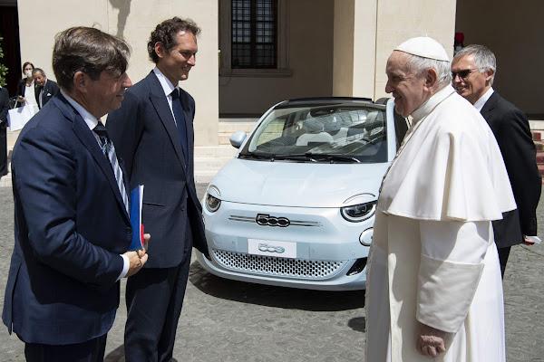 Fiat 500e 100% elétrico é apresentado ao Papa pelo chefe da Stellantis
