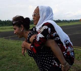 Susi Pudjiastuti gendong ibunya