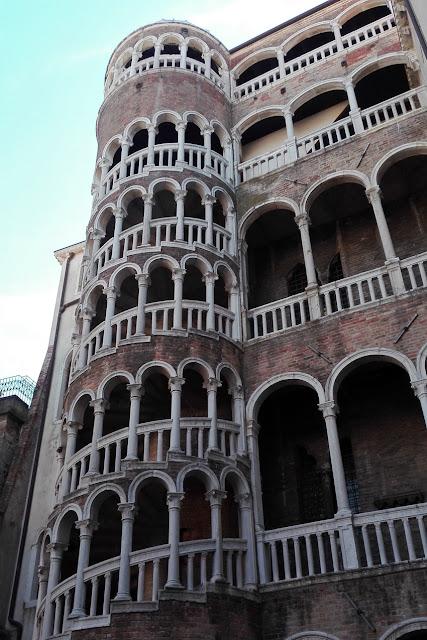 Widok na schody Bovolo w Wenecji