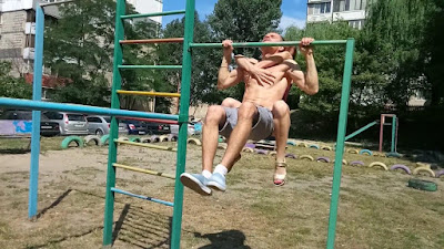 golisavi-decko-devojka-u-ljubavnoj-vezi-zajedno-vezbaju-napolju-spoljasnja-teretana-ispred-zgrade