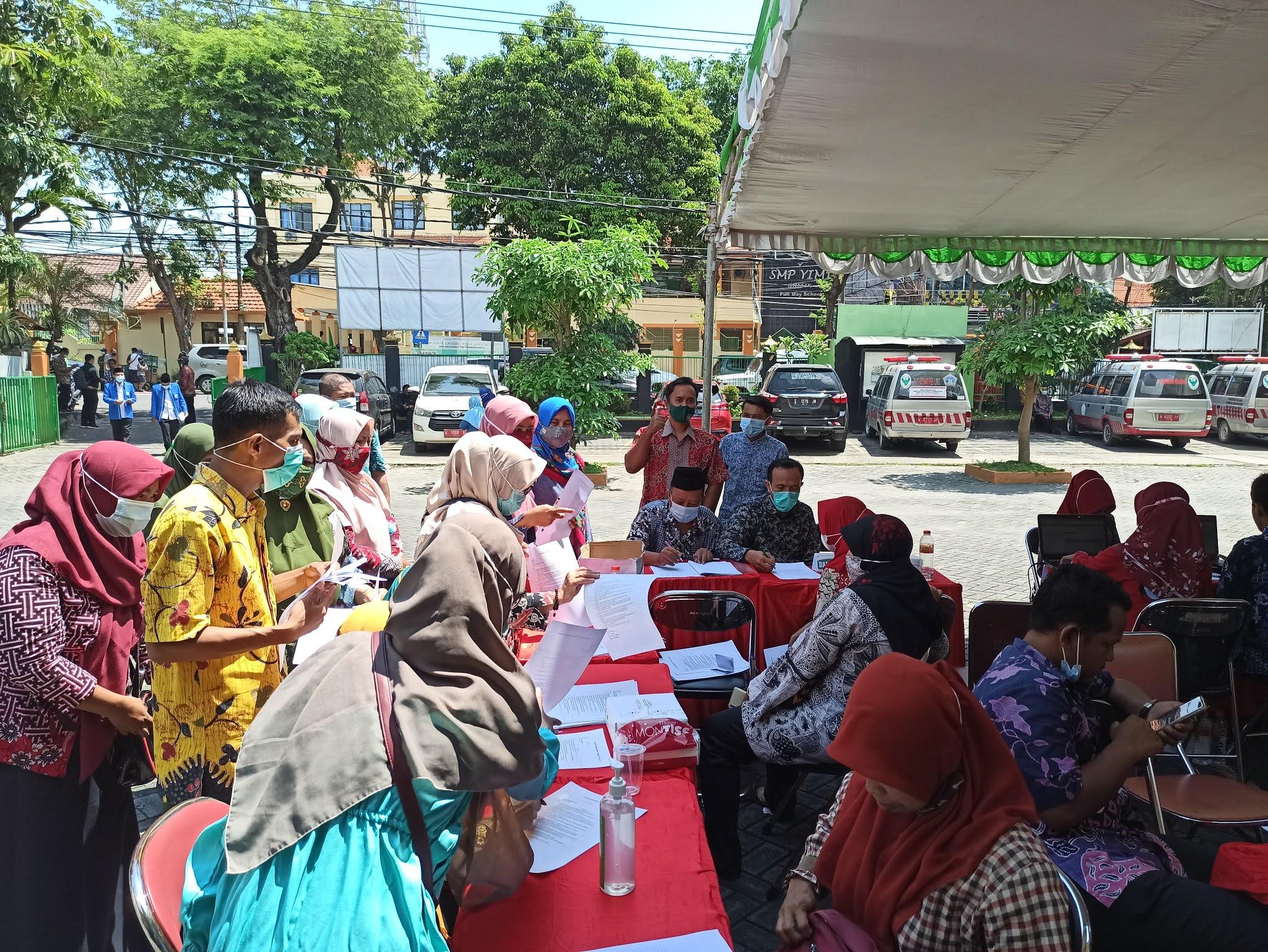 pendaftaran peserta vaksinasi Covid-19 di halaman kantor kementerian agama kabupaten gresik