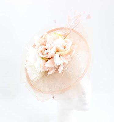 PV 2020 Nude blanco flor 01 Tocado Sinamay
