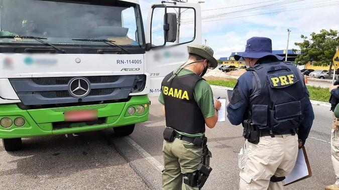 PRF e IBAMA fiscalizam uso de Arla 32 em caminhões no Rio Grande do Norte