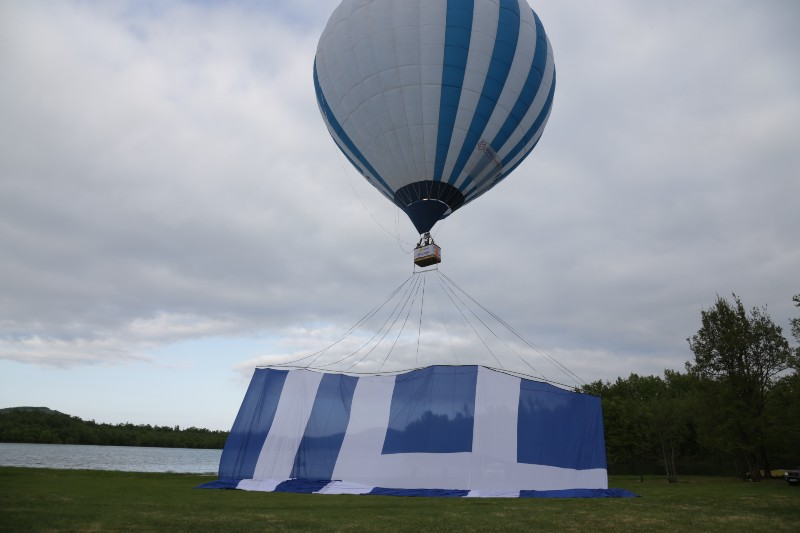 Υψώθηκε με αερόστατο η μεγαλύτερη ελληνική σημαία στον κόσμο