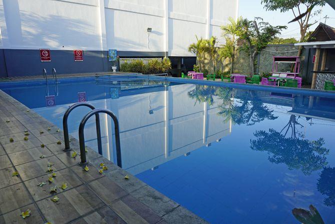 Kolam renang di Fave Hotel