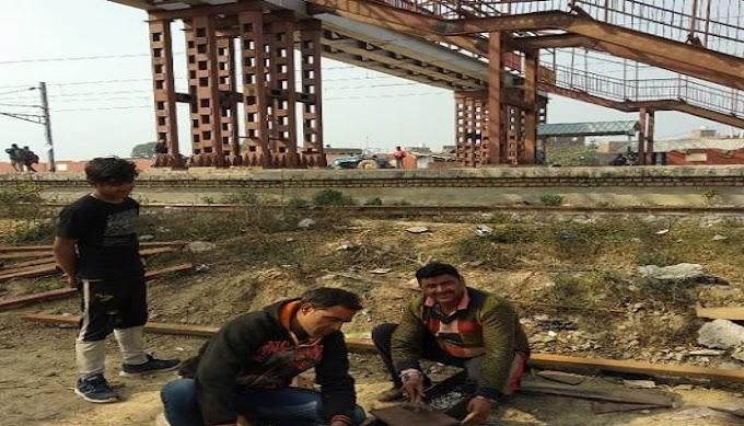 रेल खंड के भदौरा रेलवे स्टेशन पर फुट ओवर ब्रिज के लोहे के गाटर का काम पूरा