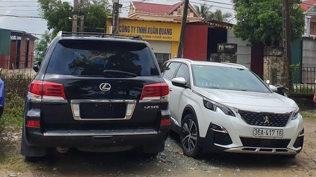 Công an tạm giữ 2 xe sang để điều tra vụ côn đồ đập phá cổng làng