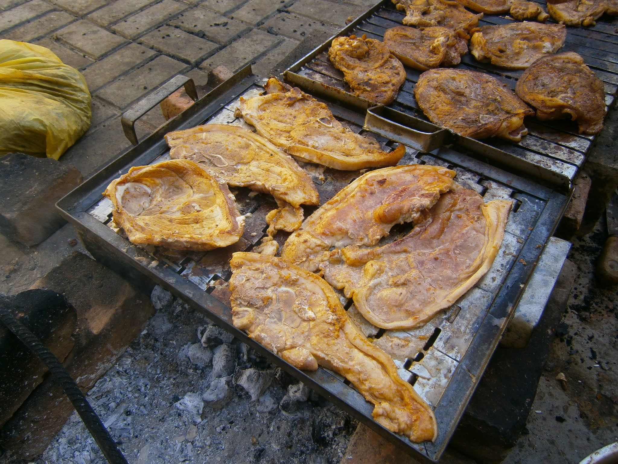 fotográfía de Parrilla de chancho hecha sobre una parrilla cocinado con carbón en Perú