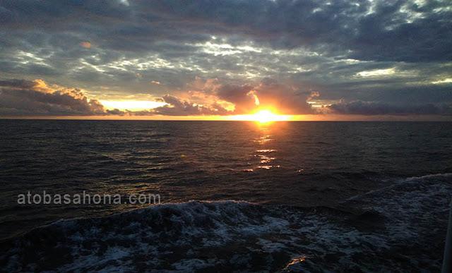 Menikmati Matahari Terbit (Sunrise) di Tengah Laut