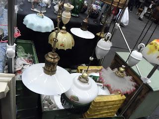 Distintas lámparas antiguas en el desembalaje de Bilbao en el BEC