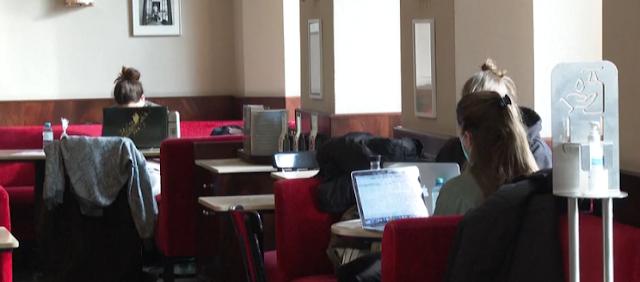 Las cafeterías cerradas en Viena ofrecen internet y tranquilidad a los estudiantes