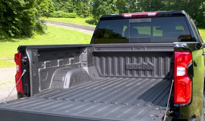 How to Remove the Tailgate From a Chevy Silverado