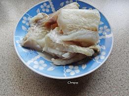 Κομμάτια μπακαλιάρου ξαλμυρισμένου ,μεσα σε πιάτο ετοιμα να μπουν σαν υλικά στη συνταγή μας