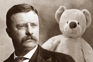 Busto de Theodore Roosevelt y un Teddy Bear a su lado.