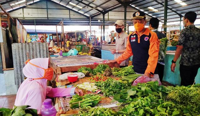 Petugas mengingatkan masyarakat untuk mematuhi protokol kesehatan