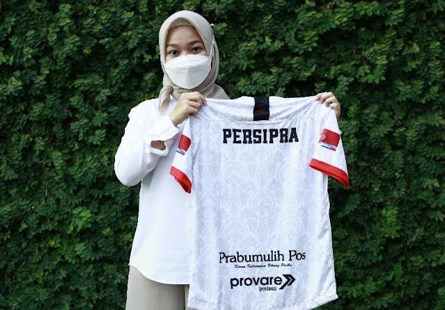 Sambangi Outlet Persipra, Dr Rissa Borong Jersey Klub Persipra