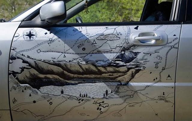 Arte na porta de um carro amassado