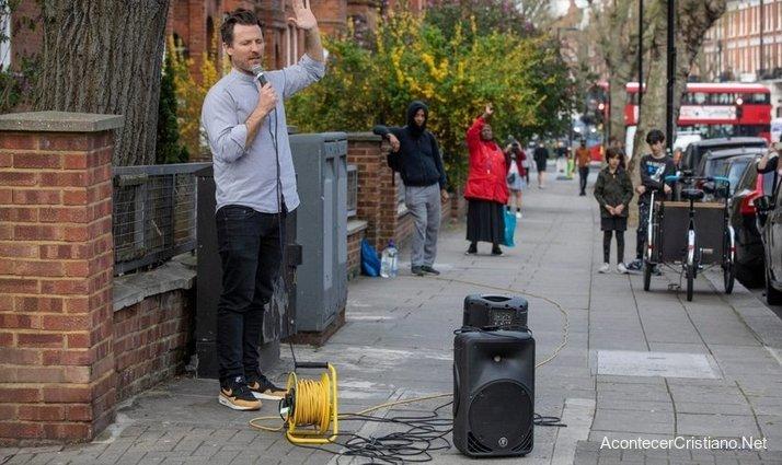 Hombre predicando en la calle en tiempos de coronavirus