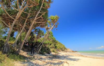 Bersantai dengan hammock di pantai Buraen