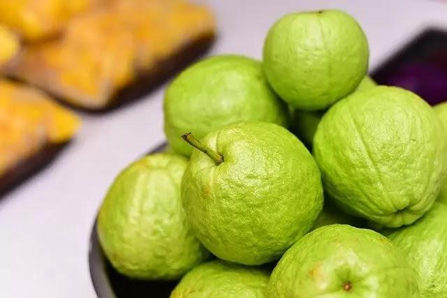 अमरूद खाने के 10 फायदे - Amroodh kahane ke fayde in hindi- Benefits of guava in hindi