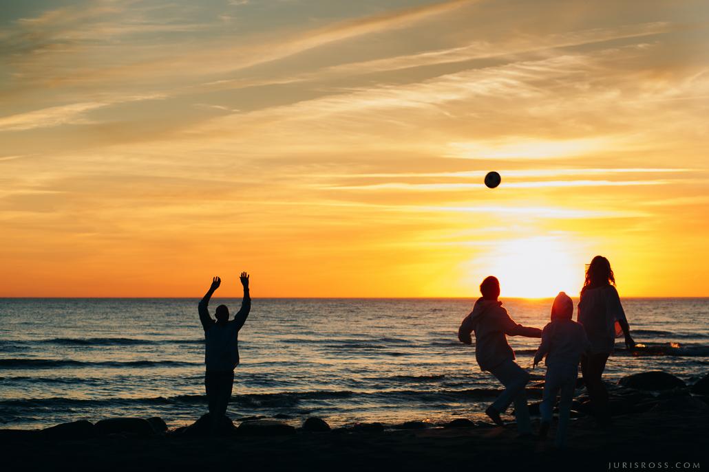 ģimenes fotosesija pie jūras saulrietā