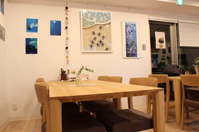 店内は明るい雰囲気(夜だけど)で友永たろさんの絵も飾られていた:かなざわ珈琲世田谷店