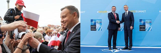 Andrzej Duda rozdający małe polskie flagi