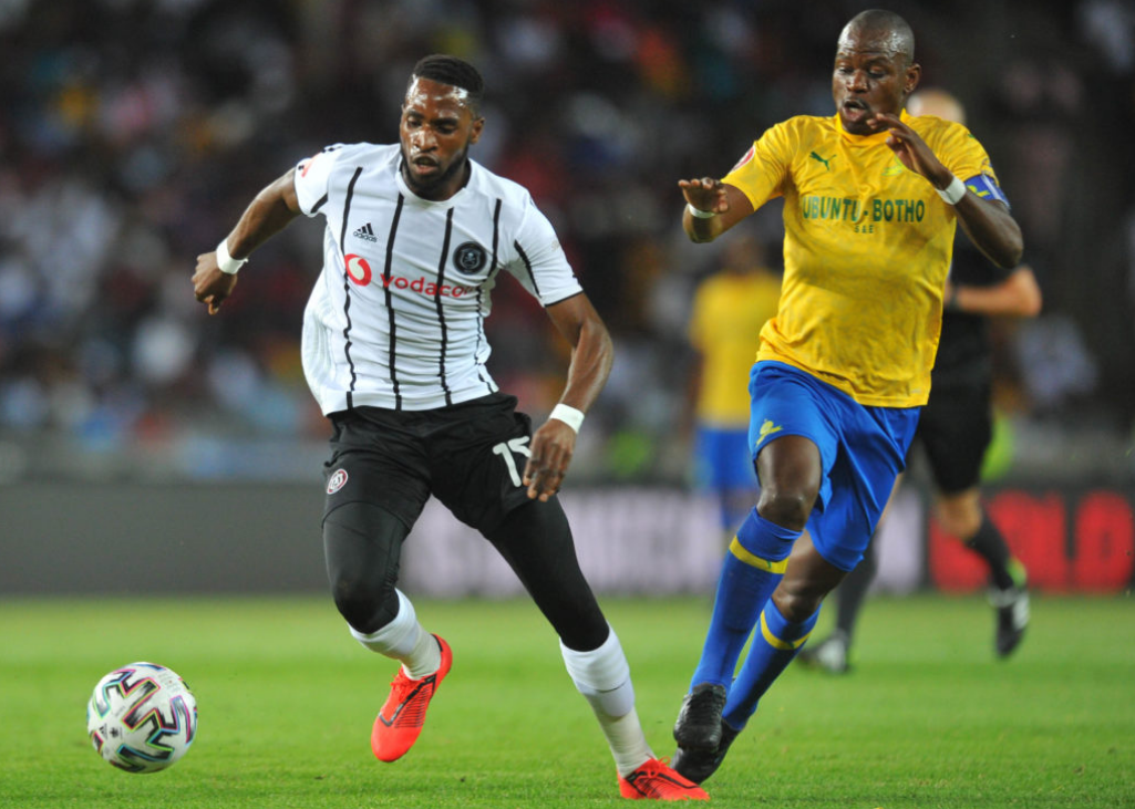 Fortune Makaringe challenges Hlompo Kekana in midfield