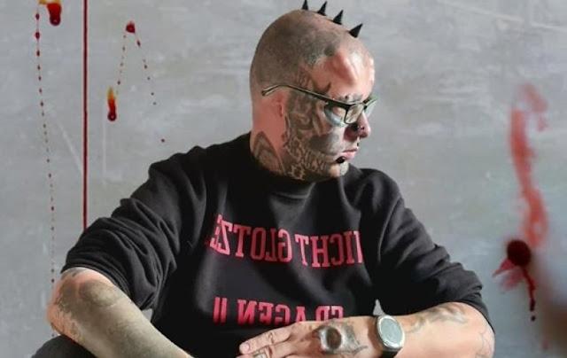 Одержимый любитель тату из Германии, удалил уши и хранит их в банке