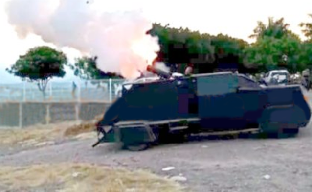 VIDEO.- Narcos en tierra caliente, Michoacán construyen su propio tanque y lanza cohetes y es funcional