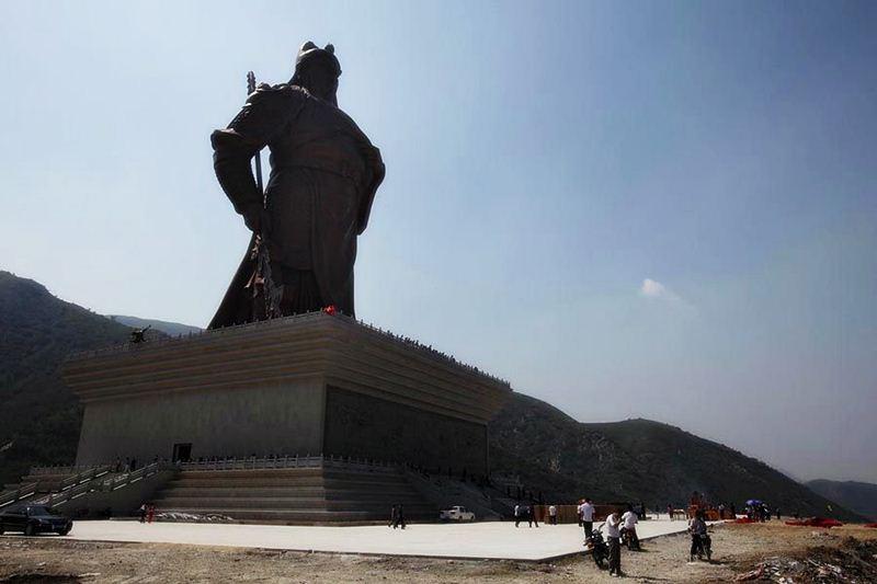 เปรียบเทียบขนาดของเทพเจ้ากวนอูกับประชาชนด้านล่าง