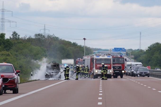 Feuerwehreinsatz auf der A9: Fahrzeug brennt vollständig aus