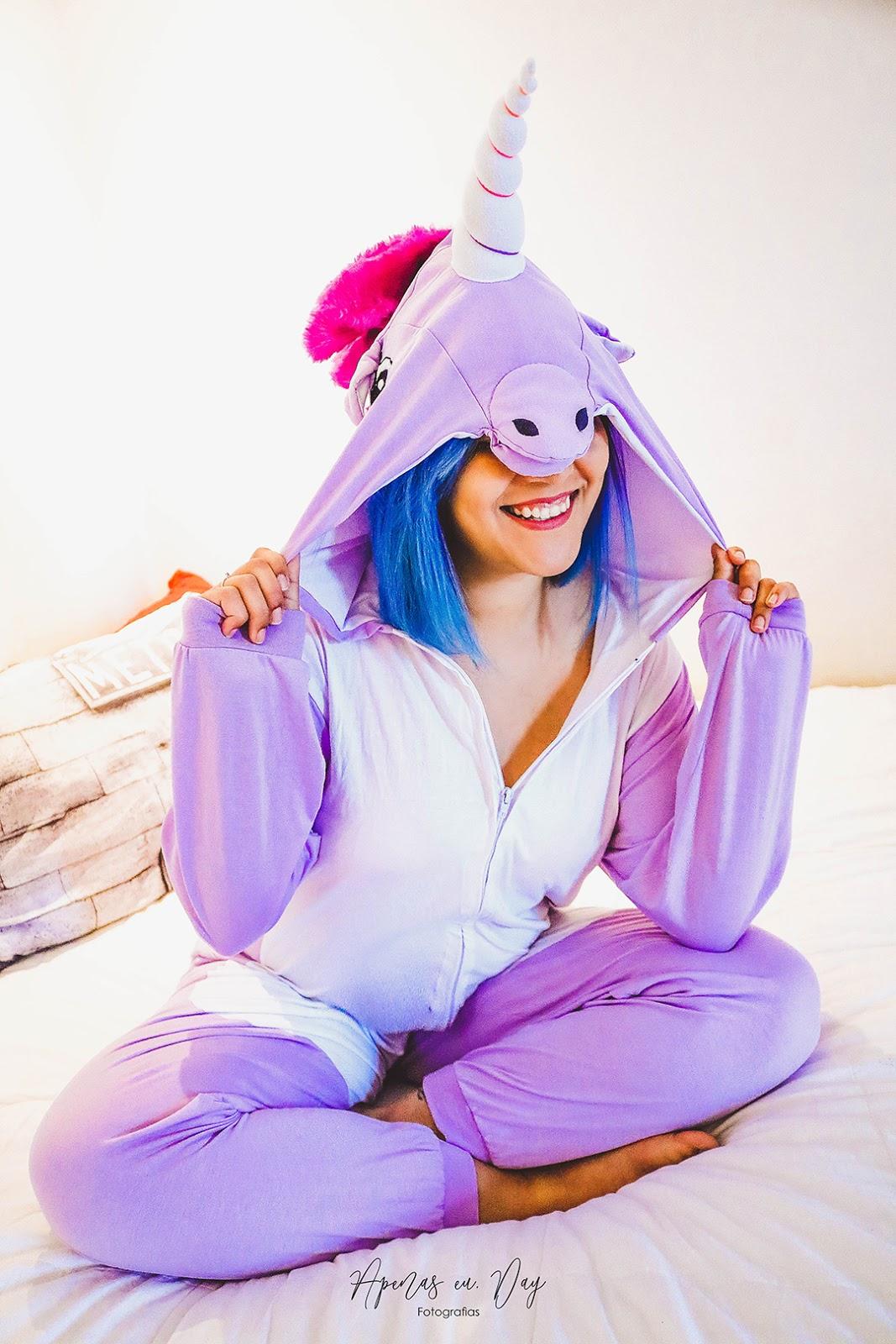 Veja um lindo ensaio interno feminino com pijama de unicórnio, super aconchegante e cheio de personalidade. Clique aqui!