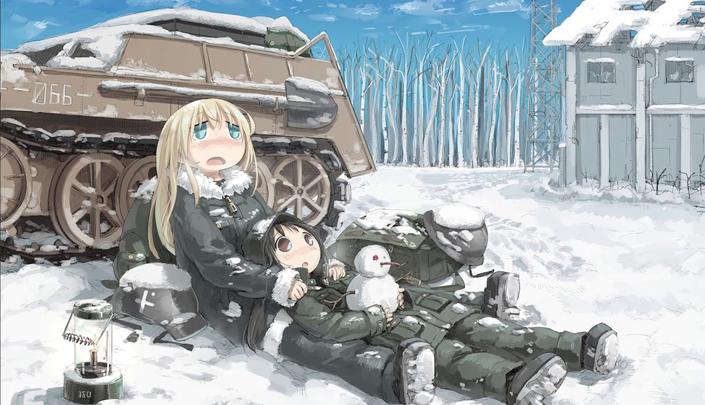 Paisagem nevada, com árvores ao fundo e céu azul. Uma garota loira de olhos verdes está com uma garota de cabelos pretos e olhos castanhos deitada sobre suas pernas. A garota de cabelos pretos está segurando um boneco de neve. As garotas estão deitadas na frente de um pequeno tanque de guerra.