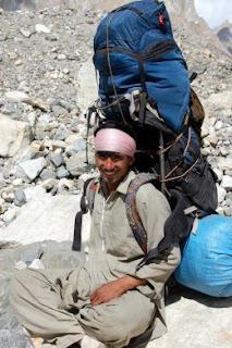 pendaki dengan tas carrier segede gaban