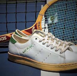 Raqueta y zapatilla tenis antiguas