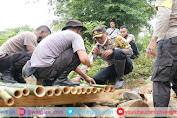 Kapolres Lombok Tengah Bersama Warga Gotong Royong Bangun Jembatan Darurat