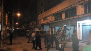 TNI beriap mengamankan warga