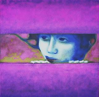 Chica se asoma entre dos tablas con la mirada perdida en tonos violeta