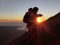 Logika Terbalik Mendaki Gunung